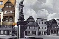 Klemencovsko. Starý snímek ukazuje Klemencovsko ještě nezabudované do objektu spořitelny. Barevný výřez - Klemencovsko dnes.