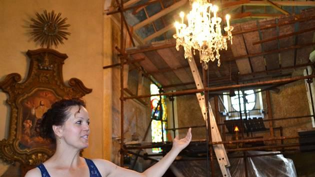 Petra Marat provází zájemce po Kitlově areálu na Krásné, kteří přijedou výletním vláčkem z Pěnčína. V neděli vysvětlila také, proč je v presbytáři postavené lešení.