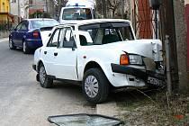 Na sloupu telekomunikačního vedení skončilo vozidlo Škoda 120 ve čtvrtek hodinu po poledni v ulici Táboristká. Nikdo jej v tom okamžiku neřídil. Pokud by kola vozu byla rovnoběžně skončil by až dole v ulici ve zdi obytného domu.