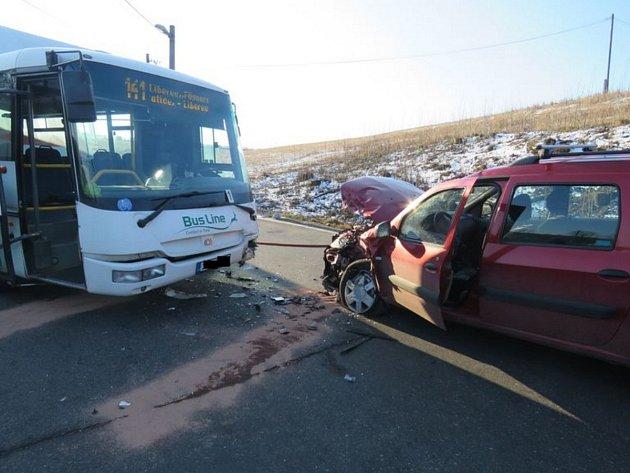 Střet autobusu a osobního vozu