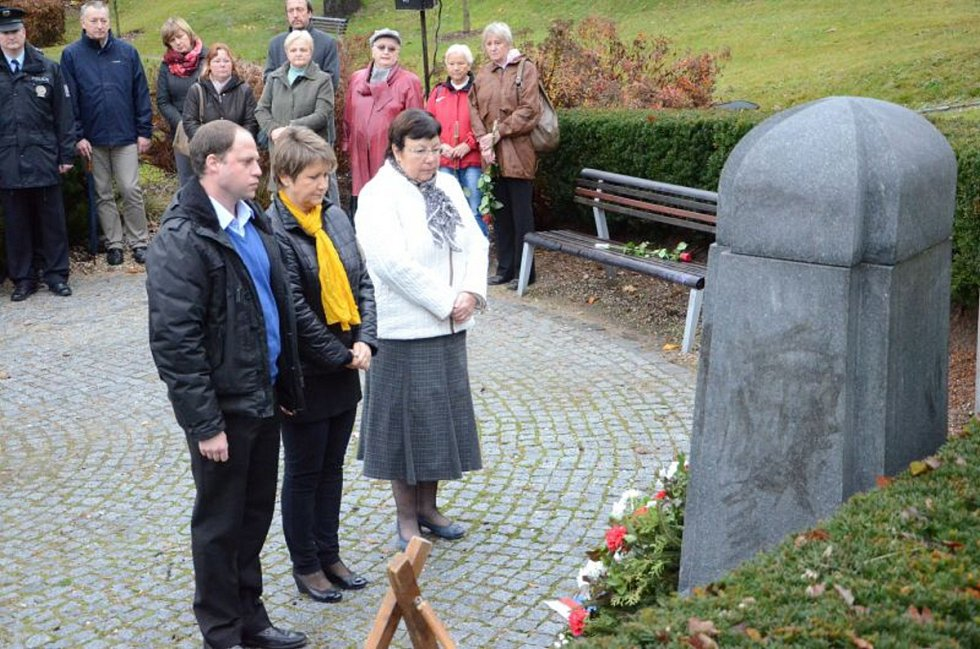Při pietním aktu u památníku v ulici Generála Mrázka promluvil i jablonecký primátor Petr Beitl. Vzpomněl i na teror v Paříži.