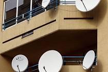 Satelitní přijímače na panelovém domě. Ilustrační snímek.