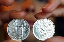 Česká národní banka a lucemburská centrální banka (Banque centrale du Luxembourg) vydaly současně ve středu 1. září 2010 do oběhu pamětní stříbrnou minci k 700. výročí sňatku Jana Lucemburského s Eliškou Přemyslovnou. Na snímku verze ČNB.