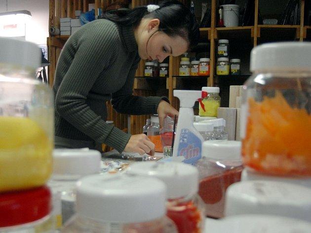 Veronika Kačírková je jednou ze šesti zaměstnanců heřmanické sklářské firmy Spider Glass.