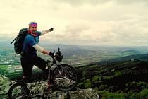 Jan Kopp z Jablonce nad Nisou v neděli po poledni na koloběžce vyrazil z Ještědu na cestu dlouho skoro 600 kilometrů. Za 10 dní chce dojet až do slovenských Tater na vrchol Rysy.