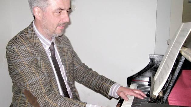 Každému oknu v kostele složil učitel hudby Alastair Edwards skladbu.