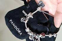 Náramek s originalními šperky Pandora. Ilustrační snímek.