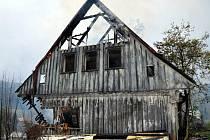 K rozsáhlému požáru neobydlené chalupy v Albrechticích vyjeli v neděli po půl osmé ráno profesionální hasiči z Velkých Hamrů a Jablonce spolu s dobrovolnými kolegy z Albrechtic, Smržovky a Tanvaldu – Šumburku.
