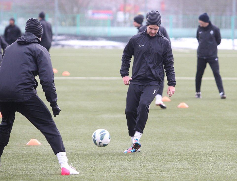 Fotbalisté Jablonce zahájili ve středu zimní přípravu. Na snímku přihrává Filip Novák při tréninku.