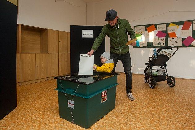 Hokejista Daniel Špačekl (Bílí Tygři Liberec) odevzdal 5.října vJablonci nad Nisou svůj hlas ve volbách do zastupitelstva a doplňovacích volbách do do Senátu Parlamentu České republiky.