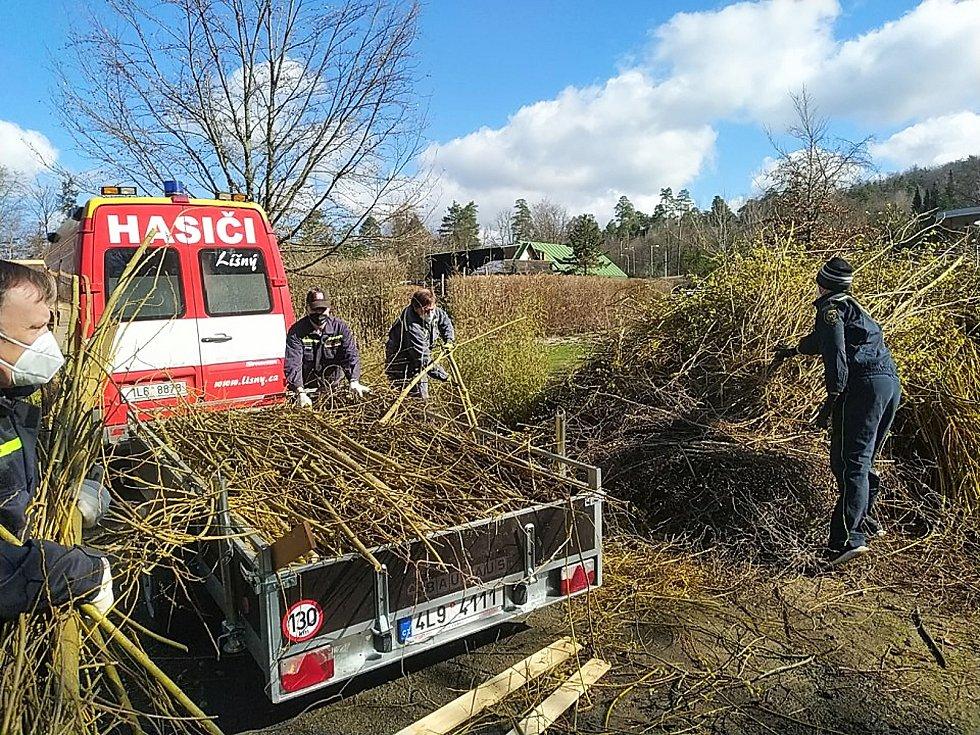 Dobrovolní hasiči z obce Líšný na Jablonecku uspořádali sbírku krmiva pro zvířata ZOO Liberec.