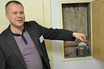 Tajemník jabloneckého magistrátu Marek Řeháček ukazuje nalezené staré láhve s razítkovou barvou