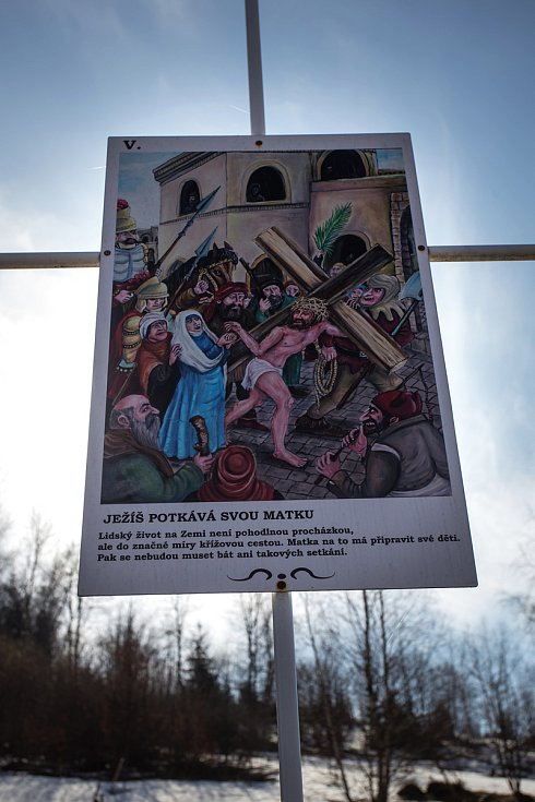 Netradiční křížová cesta Petra Urbana ve Smržovce.