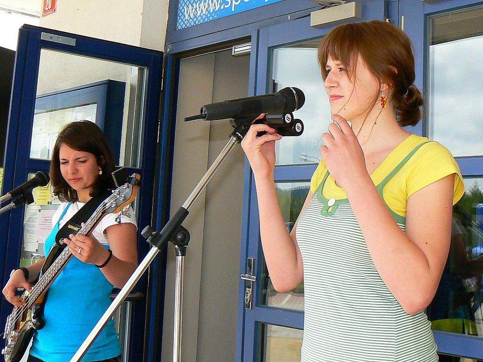 Jablonecký deník spolu se společností Sport Jablonec a útulkem pro opuštěná zvířata Dášenka pořádal Velký dětský den. V kulturním programu vystoupila jablonecká dívčí skupina Kabája.