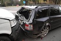 ŠKODA ZA TŘI STA TISÍC. Obrovská hmotná škoda vznikla při řetězové dopravní nehodě tří vozidel mezi Jabloncem a Rádlem.