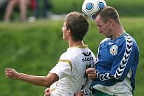Pěnčín (v bílém) prohrál na domácím hřišti s Hrádkem těsně 2:1.