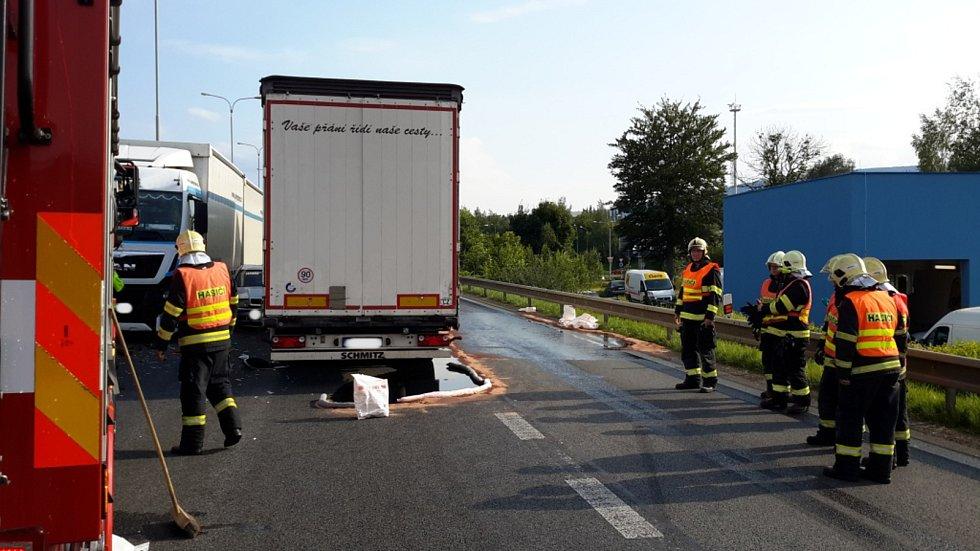 Nehoda tři vozidel narušila páteční odpolední provoz na komunikaci I/35 v Liberci (směrem na Prahu).