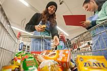 Dobrovolníci pomáhají 11. listopadu při pátém ročníku Národní potravinové sbírky, do kterého se letos zapojilo zhruba 750 prodejen z celé České republiky. Účelem sbírky je darování potravin a drogerie potřebným.