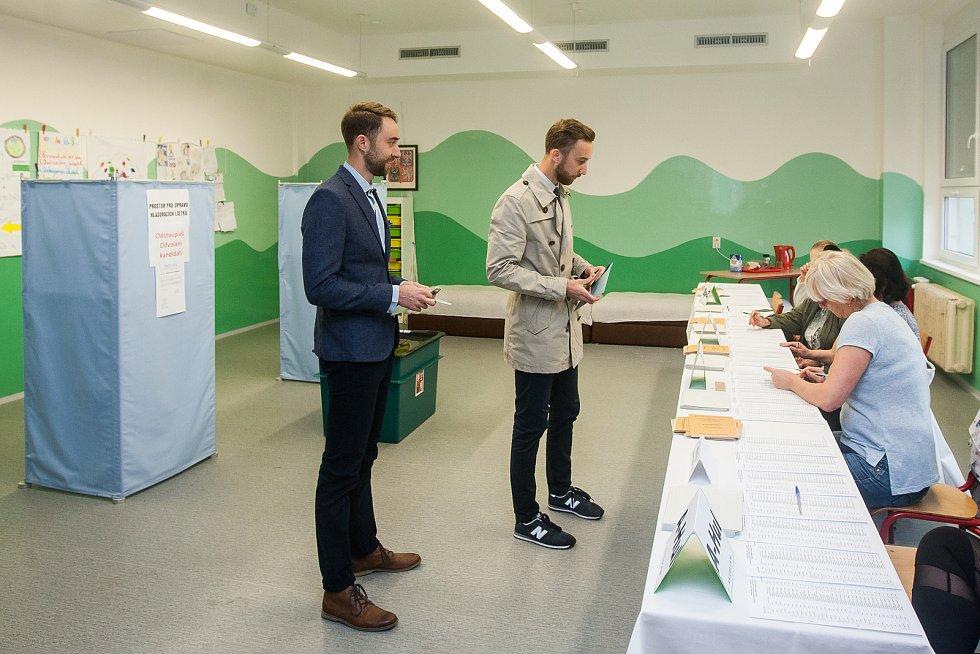 Biatlonisté Tomáš (vlevo) a Matěj (vpravo) Krupčíkovi odevzdali 21. října v Jablonci nad Nisou svůj hlas ve volbách do Poslanecké sněmovny Parlamentu České republiky.