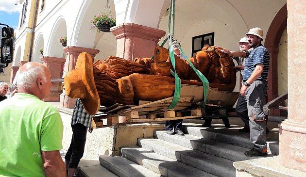 Na podloubí radnice na Masarykově náměstí v Jilemnici byla instalována dřevěná socha Krakonoše. Jejím autorem je jilemnický umělec Josef Dufek.
