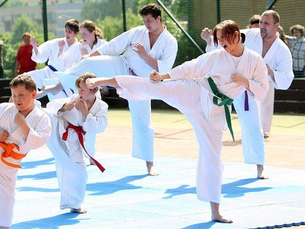 V rámci kulturních dnů v Rychnově se představil za základní školou zdejší velmi úspěšný oddíl karate.