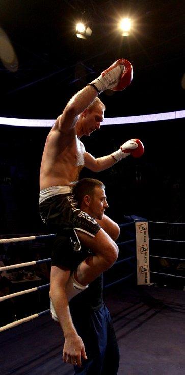Night of Warriors II v Tipsport areně. Na snímku Jan Fendrich (Iron Fighters) a trenér Alois Škeřík po vítězném zápase.
