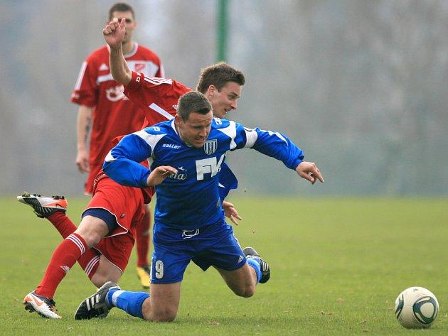 Mšeno na domácím hřišti porazilo Dvůr Králové (v modrém) 2:1.