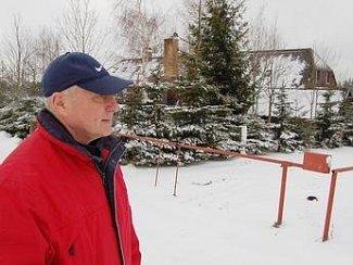 Petr Šťastný, zřizovatel petice před místem, kde má vyrůst pět metrů vysoká garáž. Ta by tvořila novou dominantu Hrabětické louky