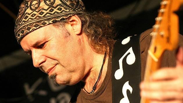 Španělsko–argentinská blues rocková skupina Vargas Blues Band se špičkovým kytaristou Javierem Vargasem v čele vystoupila v Klubu Na Rampě v Jablonci nad Nisou.
