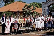 KLENOT Z BATAYPORY. V roce 2005 si kroje oblékla batayporská česká komunita a začala tancovat folklorní tance a zpívat české a moravské národní písně.