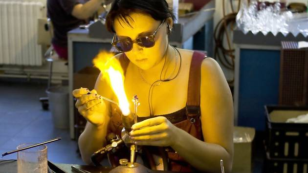Na snímku výroba skleněných figurek ve firmě Detesk, která je do projektu vedle dalších firem, ale i muzea či sklářské školy také zapojena.