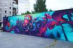 Zeď mezi tenisovými kurty u přehrady Mšeno získala novou fasádu. Přesněji řečeno její výmalbu. Zdobí ji růžová chobotnice a tři hrníčky ve stylu graffiti.