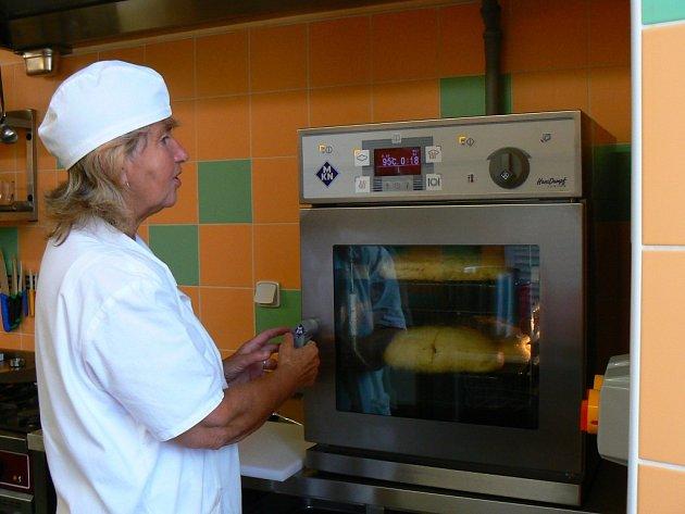 Konvektomat kuchařce ze Základní školy Rádlo Janě Slezákové značně šetří práci od začátku školního roku.