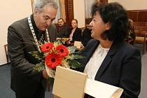 O medaili Josefa Pfeiffera se zasloužilo celkem třináct osobností města Jablonce. Ve středu 28. října předal starosta Jablonce Petr Tulpa medaile zbývajícím pěti, respektive jejich příbuzným. Na snímku přebírá medaili za Evu Tesařovou paní Temešinková.