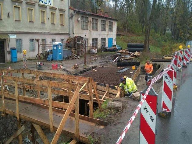 Oprava mostu spojující Tyršovu stezku s ulicí.