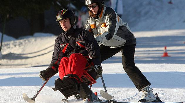 Na bedřichovské sjezdovce Malinovka, tak jako pravidelně každý rok, brázdí svahy vozíčkáři na speciálních monoski. Akci pořádá Paraple pro handicapované většinou po zranění míchy a je o ni každoročně velký zájem.