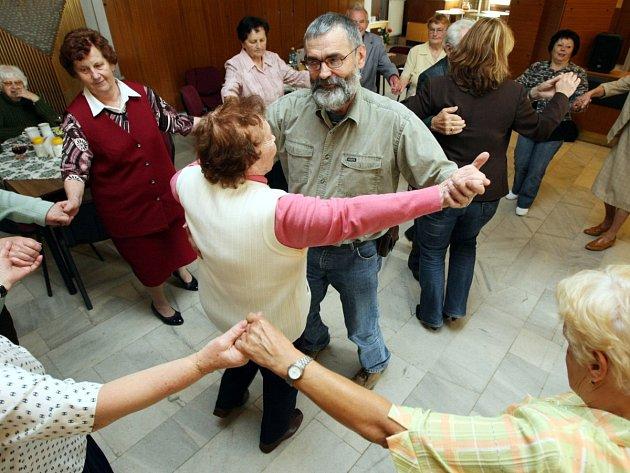 Senioři tančí rádi. Ilustrační foto z Kamenického Šenova