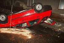 Řidič z neznámých důvodů vyjel do protisměru a po střetu s jiným autem se se svou felicií obrátil na střechu.