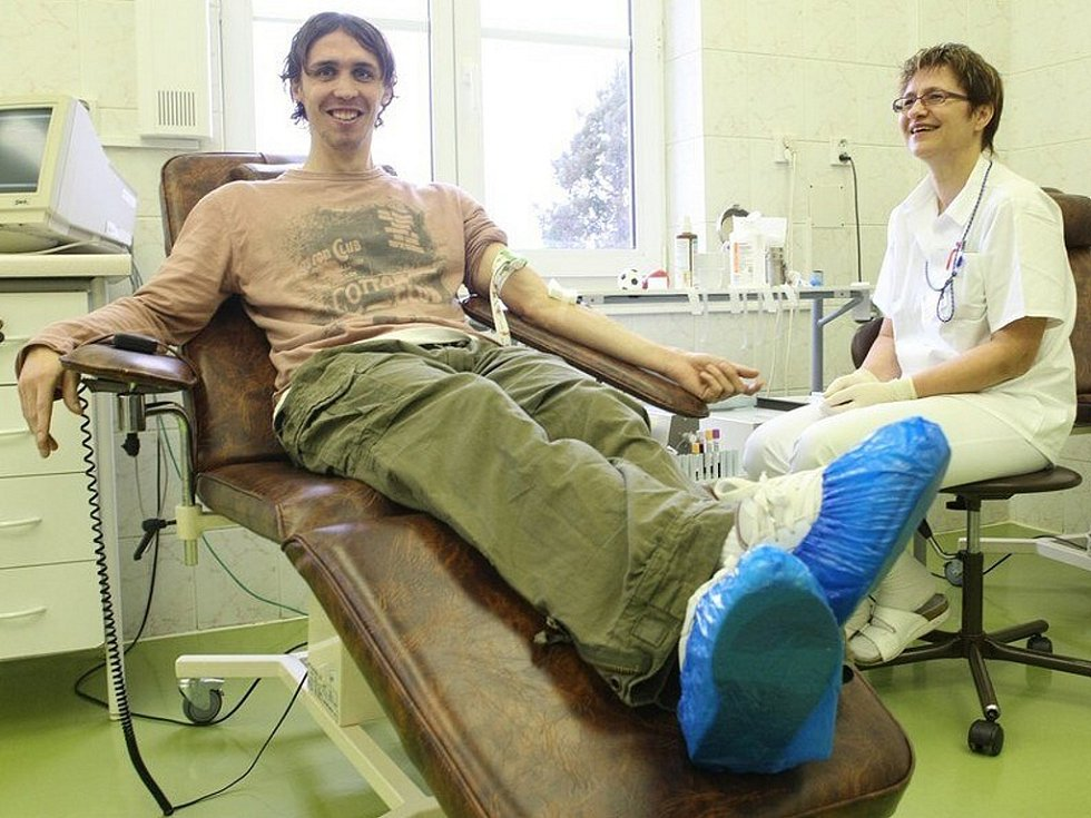 Druhá skupina fotbalistů FK BAUMIT dorazila v pátek ráno na Transfúzní stanici v Liberci. Společně s nimi šli darovat krev také funkcionáři. Na snímku fotbalista Josef Hamouz.