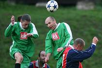 Fotbalisté Plavů porazili na domácím hřišto Rokytnici (v modrém) 1:0.
