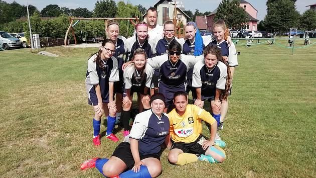 V Sázavě sbíral fotbalový tým Čertic další zkušenosti. Vedl si výborně, děvčata i trenér dostali ceny.
