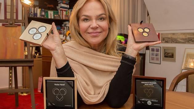 Dagmar Havlová při představení sad pamětních medailí k Havlovým nedožitým narozeninám.