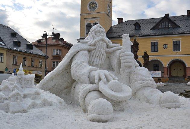 VJilemnici stojí opět obří sněhový Krakonoš. Vsobotu jej dokončil výtvarník Josef Dufek (na snímku) se dvěma pomocníky. Oblíbenou turistickou atrakci staví už od roku 1997.