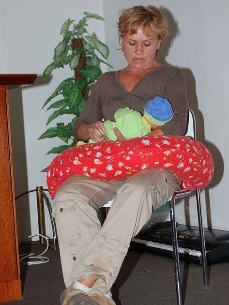 Dětská sestra Hana Benešová ukázala budoucím maminkám, jak správně kojit. Také například vysvětlila to, že pokud dítě pláče je nutné ho nejdříve uklidnit, a až poté začít kojit.