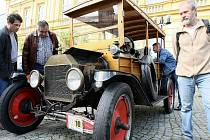 Několik desítek historických automobilů a motocyklů se sjelo do Železného Brodu. Nejstarší automobil byl Ford z roku 1914. Na trať soutěže Horním Pojizeřím odstartovali vetráni o půl jedenácté.