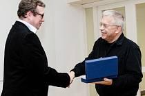 Petr Nový (vlevo) přebírá ocenění od zástupce České sklářské společnosti