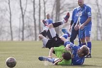 Na turnaji v Břízkách porazily zkušené Maršovice (v modrém) ambiciózní dorost Jiskry Mšeno 6:4.