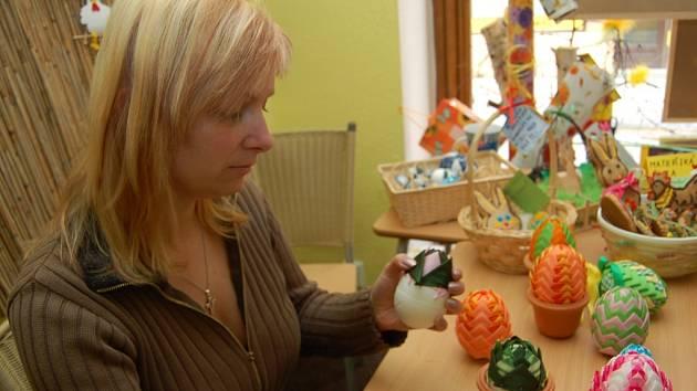 Hana Neumannová (vedoucí prodejny) při výrobě artyčokového vajíčka.