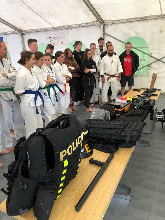 Policisté vyrazili na tábor do Krkonoš. Navštívili sportovní oddíl Ju-Jitsu