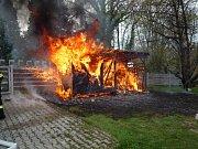 Kůlnu a přístřešek na dřevo zachvátily plameny